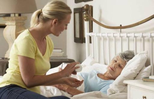 Người bệnh sức khỏe yếu cần được chăm sóc, hãy tìm người chăm sóc cho người bệnh tại nhà